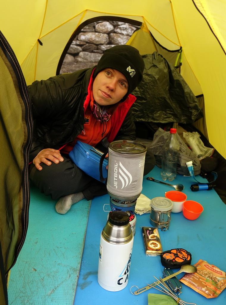 Готовим завтрак в палатке.