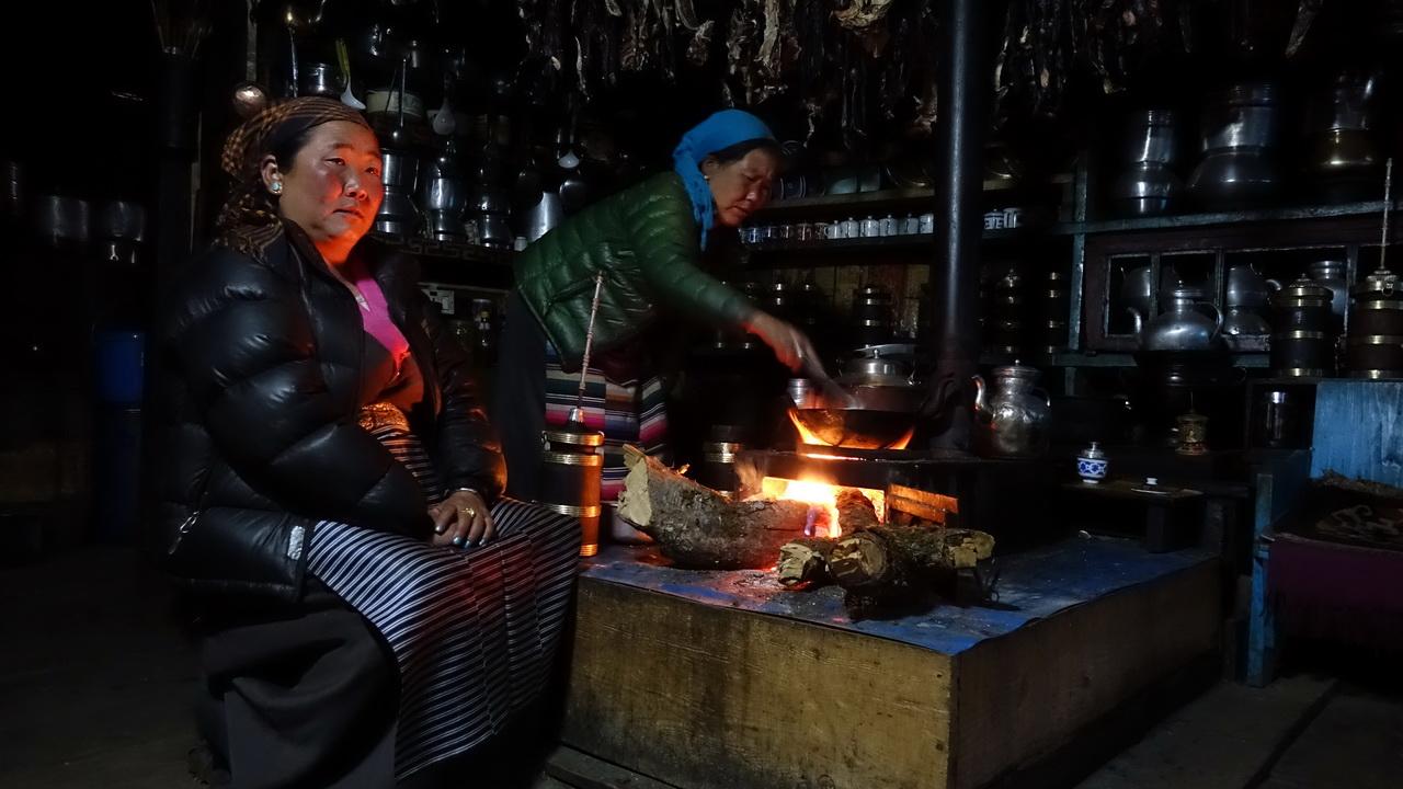 Тонгба в деревянном сосуде у огня.